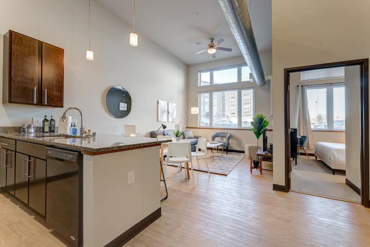 Kasa Milwaukee | Pet Friendly 1BD with Self Check-In | Westown