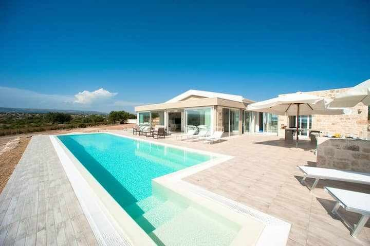 Karat House. Pool, lovely view, 4 rooms, 5 bathrooms, wi-fi free,new villa.