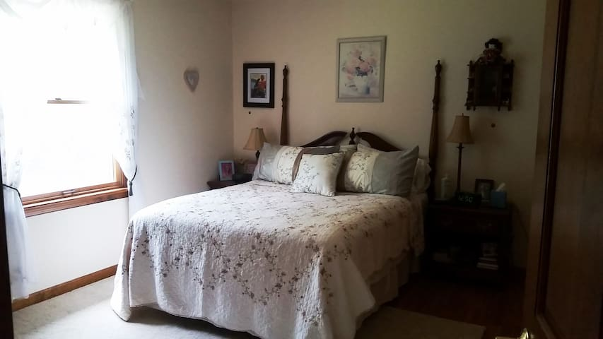 Queen Bed in Private Room 8 miles from Firefly - Dover - Hus