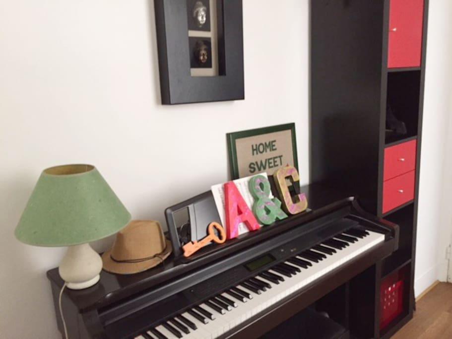 entrée chaleureuse équipée d'un piano