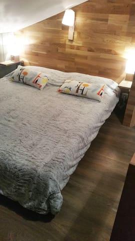 la chambre mansardée à l'étage avec un lit en 160x200