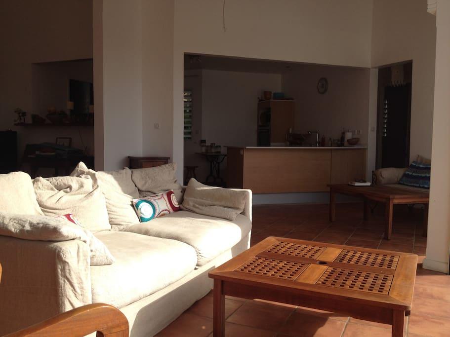 La cuisine s'ouvre sur le salon