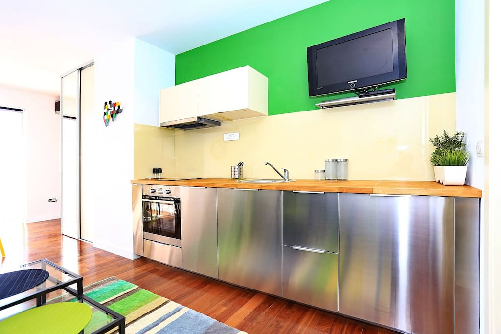 Contemporary and coasy kitchen with everything you need...