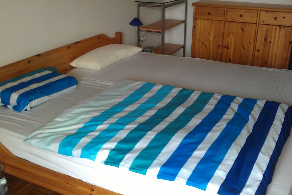 Das Bett ist 2 x 2 qm groß