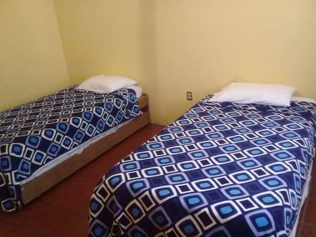 Cuarto 1, planta baja con dos camas dobles individuales de gaveta.