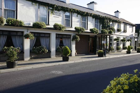 Casey's Hotel Glengarriff Village - Glengarriff, West Cork - Bed & Breakfast