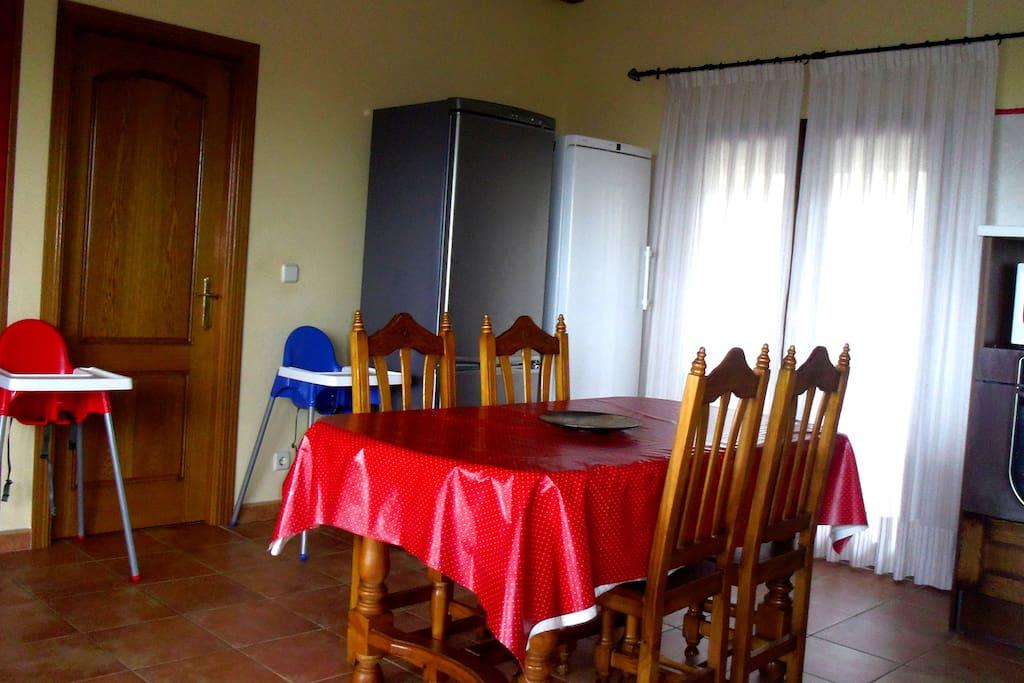Cocina con mesa hasta 8 personas. Lavadora en el trastero.