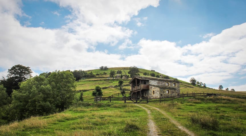 TYPICAL HOUSE WITH FANTASTIQUE VIEW - San Roque de Riomiera, Cantabria - Blockhütte
