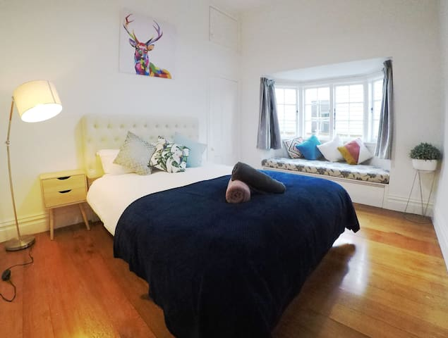 10 mins to CBD,  Cosy double bedroom (Room B)