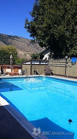 Country Cottage on Crescent - Kamloops - Bed & Breakfast