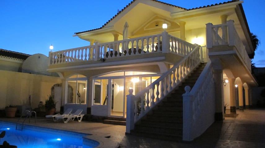 5-bedroom SuperVilla by the Ocean with pool & gym - Callao Salvaje - Ev