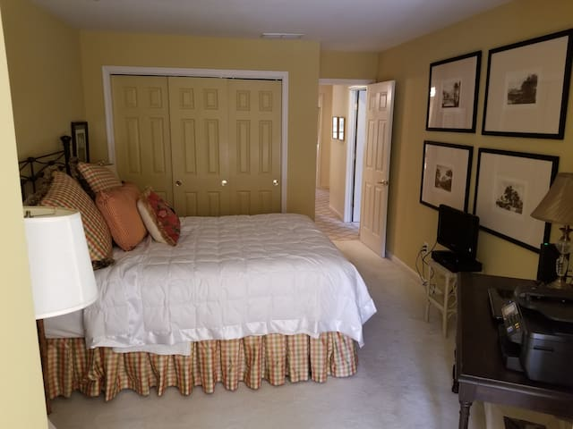 Great & Private Bedroom and Bath in nice home