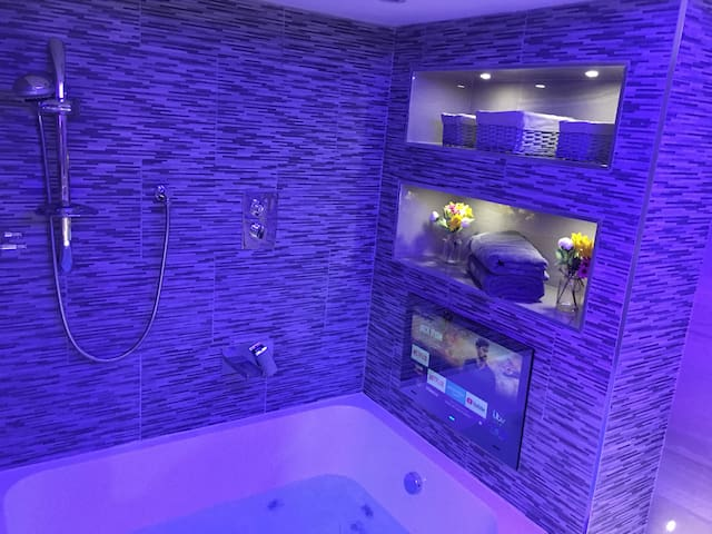 Suite 3 Jacuzzi Spa Apartment with Bathroom TV