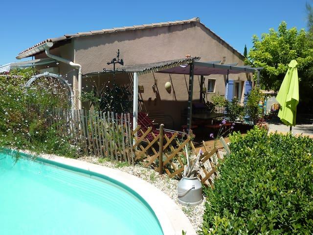 maison cosy avec piscine et jardin