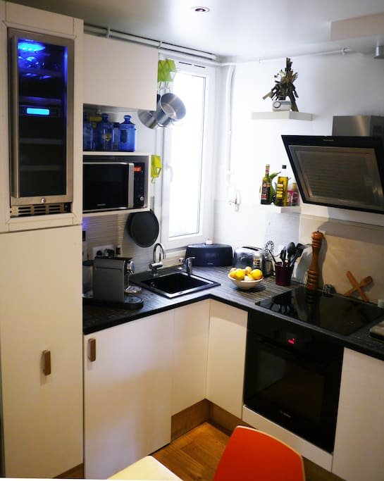 Fully equipped kitchen ready for the fresh produce from the amazing rue daguerre street market..