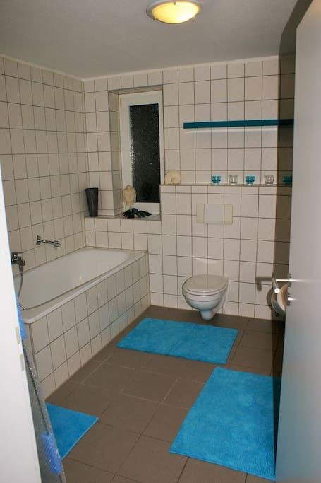 Geräumiges Bad mit Badewanne und Dusche