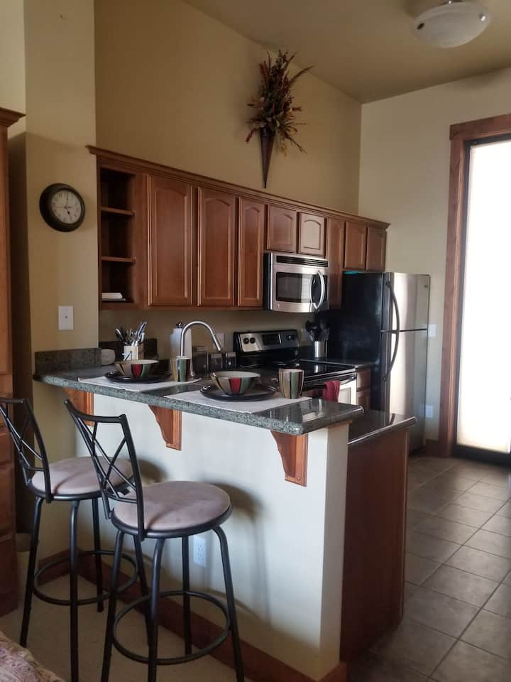 Private, Modern Studio w/ Full Kitchen & Amenities