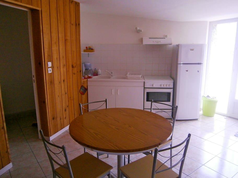 La cuisine et salle à manger spacieuse.