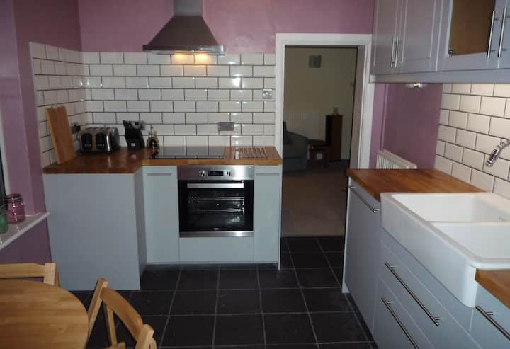 2 Bedroom City Flat, Close to Station with Parking