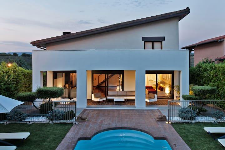 Casa Jizo una casa rural de diseño contemporáneo