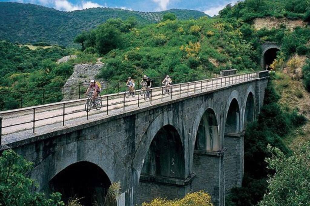 Puente en vía verde de la sierra, con nuestras bicis de alquiler