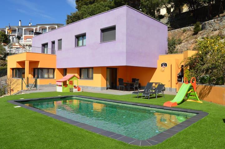 Vivalidays villa laia barcelona ville in affitto a santa for Ville in affitto a barcellona