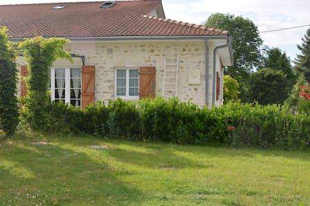 Gîte  6 personnes tout confort - Roumazières-Loubert - House