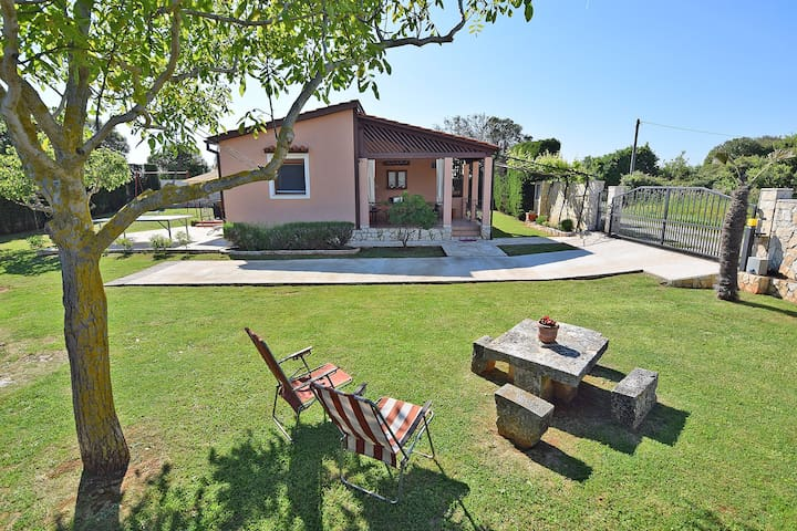 Peacefull holiday home for 4 with garden