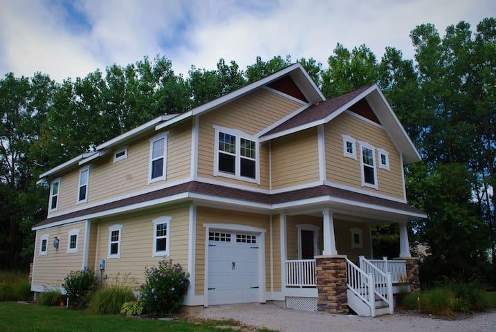 Cherry Blossom Cottage - Large luxury vacation rental home near North Beach - sleeps 16!