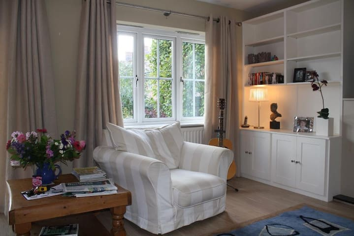 Beautiful Esher Double Room/Bathroom Walk to Town - Esher - House