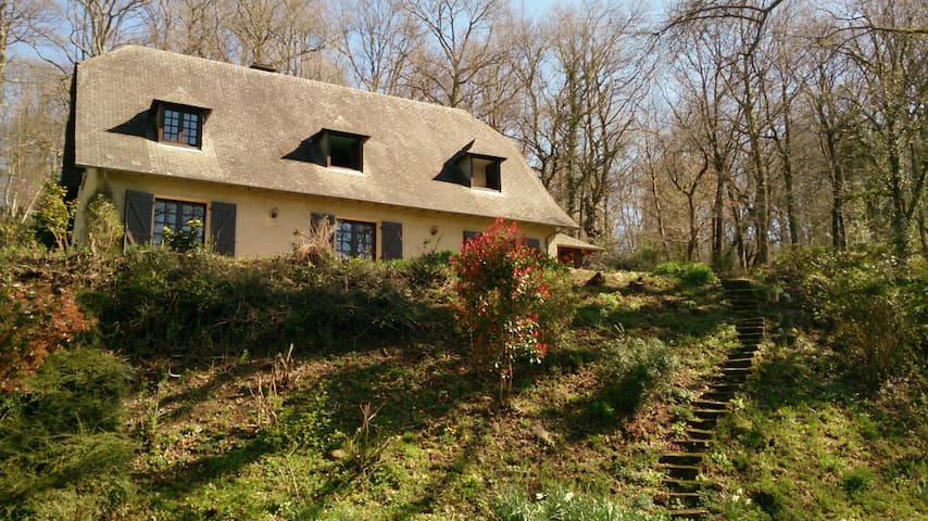 French house in the woods - Espoey - Huis