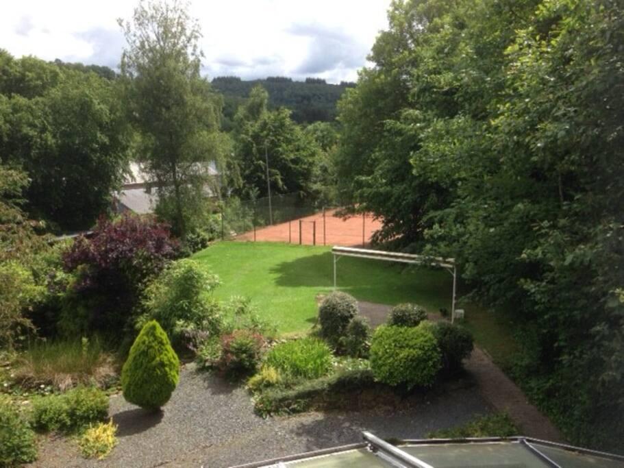 Villa avec grand jardin et court de tennis