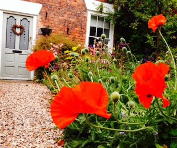 Charming Victorian cottage sleeps 4 - huyton