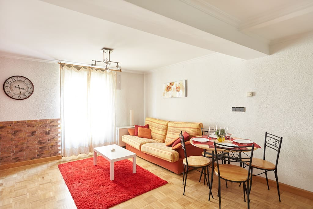 Spacious living  and dining room with a tiny balcony to the street. Dormitorio decorado con estilo y buen gusto.