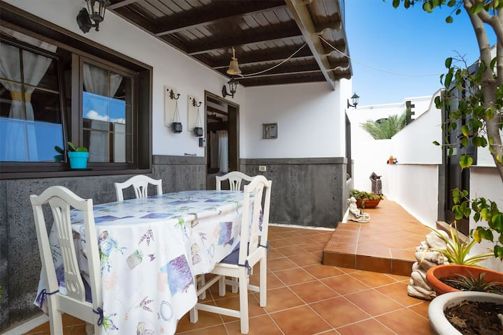 Beautiful Apartment Close to Beach with Patio, Garden, Air Conditioning & Wi-Fi; Pets Allowed