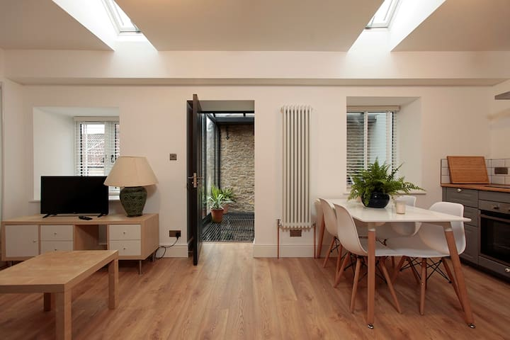 Frome Brewery.   Stunning, contemporary 1 bed app.