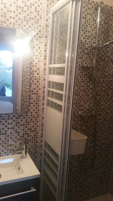 Une jolie salle d'eau complète