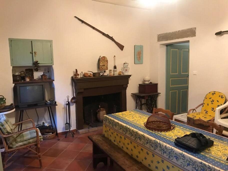 la salle à manger avec grande table conviviale…
