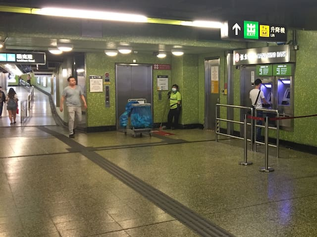 There is a lift from Wan Chai MTR to the Ground floor of Exit A4. 湾仔地铁站在A4出口旁边有电梯上地面出口,方便大量行李之旅客使用