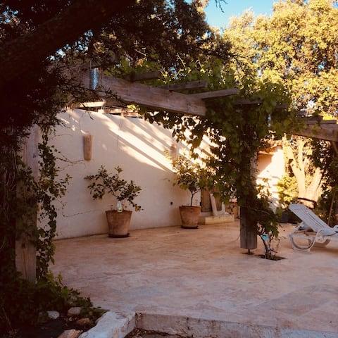Fredens havn i Provençal hus med pool
