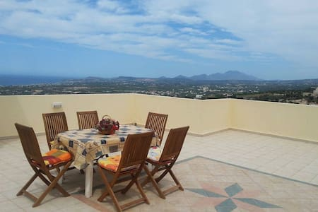 Lovely house with magnificent view, close to beach - Maroulas - Apartamento