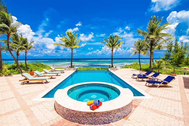 Blue Water Villa: Oceanfront Villa with Pool & Jacuzzi in Famous Rum Point
