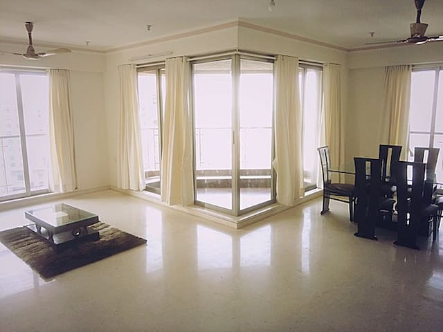 Stunning Three Bedroom Apartment in Powai, Mumbai - Mumbai - Apartment