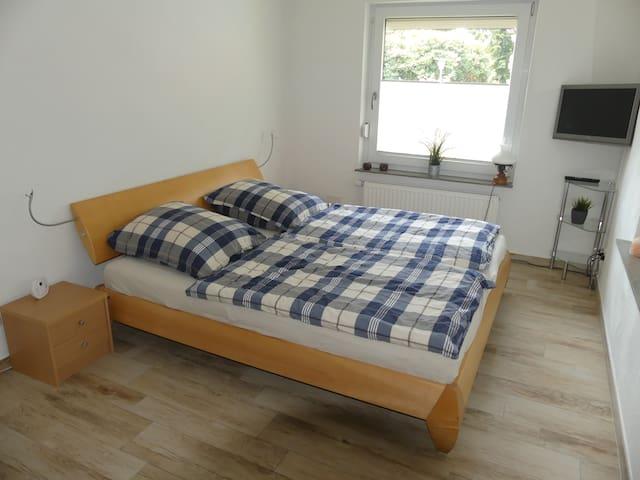 Schlafzimmer mit Kohlenmonoxid Alarm, TV und 2x Jalousien!