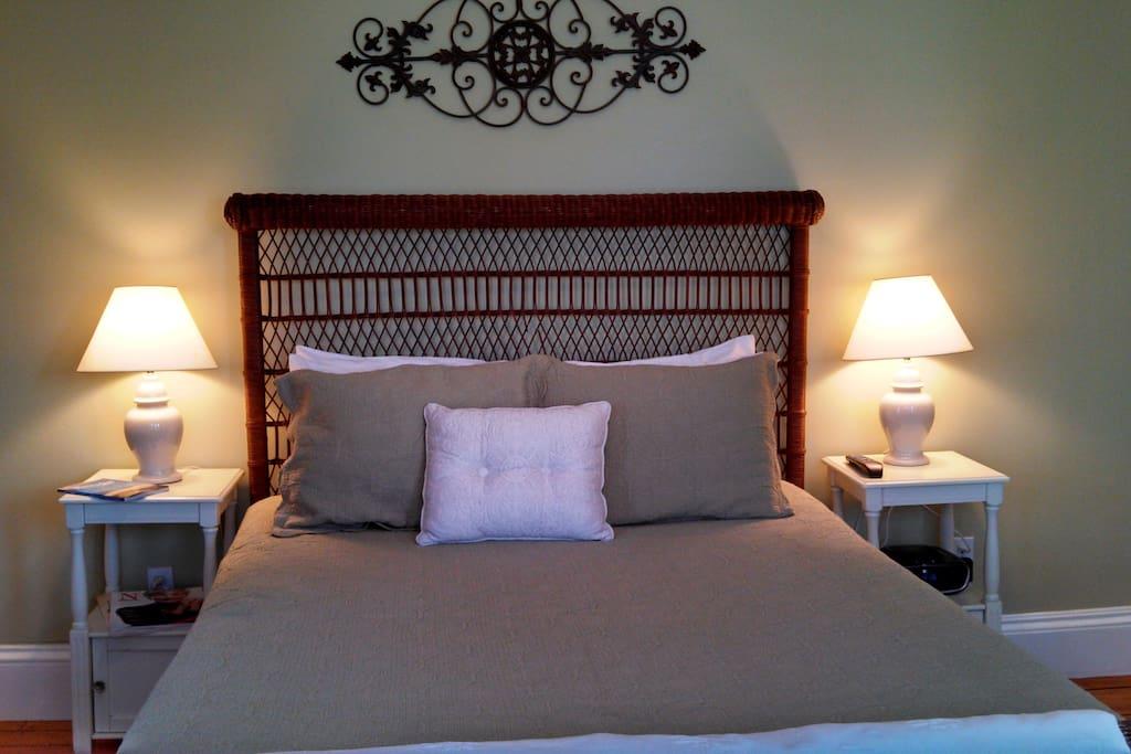 Downstairs bedroom - queen bed