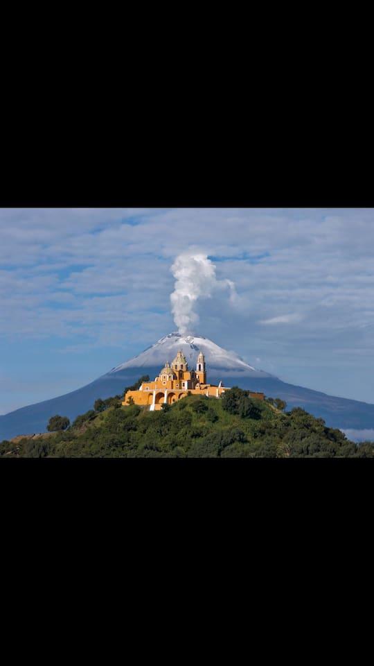 """La iglesia del cerrito de """"La virgen de los Remedios"""" con el Popocatépetl"""