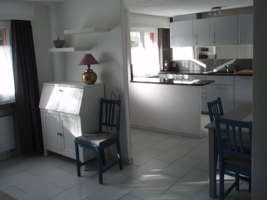 Grosszügige Küche mit Essplatz