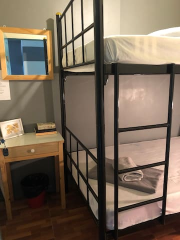 Private funky Twin room in ASOK with A/C & Wifi