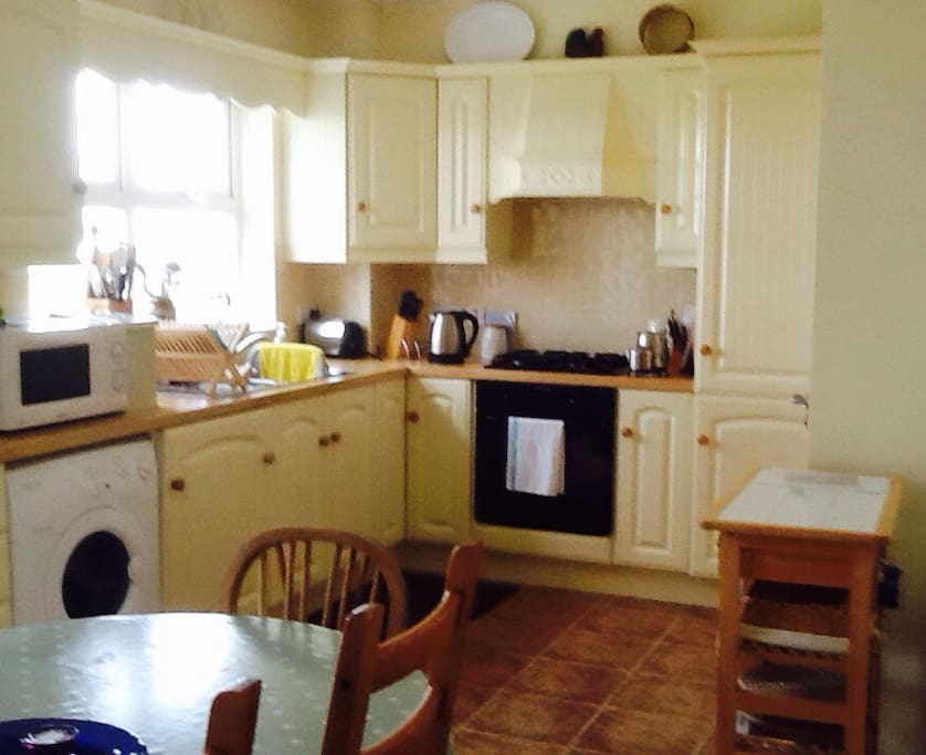 Kitchen: gas hob/electric oven