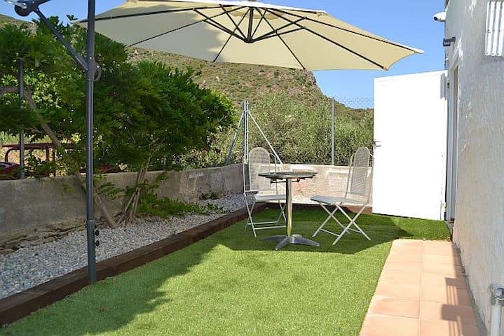 Jardín posterior con salida directa del comedor-cocina